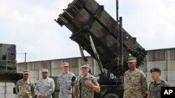 美国太平洋司令部司令哈里斯(右三)在韩国平泽市军事基地回答记者问题