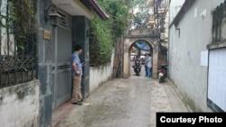 Thiếu tá Nguyễn Thế Thanh (bên trái) cùng 2 nhân viên an ninh khác canh chừng tôi bên ngoài nơi tôi ăn sáng. Ảnh: Lê Anh Hùng