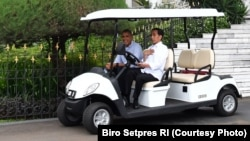 Presiden Joko Widodo mengemudikan Golf Cart untuk mengantar mantan Presiden AS Barack Obama ke Grand Garden (Photo Courtesy: Biro Setpres RI)