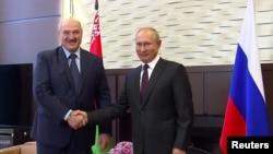 Predsednici Belorusije i Rusije, Aleksandar Lukašenko i Vladimir Putin, rukuju se tokom sastanka u Sočiju, 14. septembar 2020.