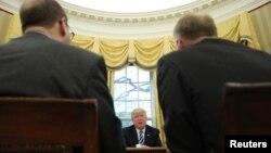 El presidente estadounidense Donald Trump habla durante una entrevista con Reuters en la Oficina Oval de la Casa Blanca en Washington, Estados Unidos, 27 de abril de 2017