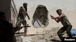 지난 14일 시리아 데이르 알-조르에서 정부군과 교전 중이 반군들.