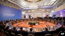 Delegasi dari Rusia, Iran dan Turki mengadakan pembicaraan perdamaian Suriah di sebuah hotel di Astana, Kazakhstan, Senin 23 Januari, 2017. (AP Photo/Sergei Grits)