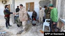 Para kombatan yang setia kepada pemerintah Libya yang diakui oleh internasional, GNA, beristirahat di sebuah tempat di selatan Ibu Kota Libya, Tripoli, 12 Januari 2020. Pihak-pihak yang bertikai di Libya setuju untuk gencatan senjata. (Foto: AFP)