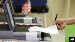 Seorang pemilih AS memberikan suara pemilu lebih awal di Hialeah, Florida (foto: ilustrasi). Para pejabat AS khawatir peretas Rusia akan mengacaukan pilpres AS November mendatang.