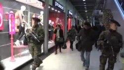 Soldados vigilan en Paris