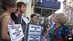 支持和反对修建伊斯兰中心的人在辩论