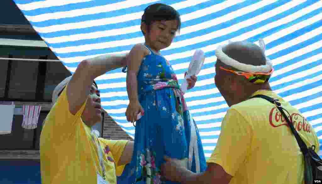 扮演民主黨前主席劉慧卿的小女孩郭晞悅。(美國之音湯惠芸拍攝)