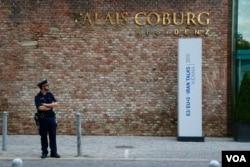 A guard stands outside the Palais Coburg Hotel, Vienna, Austria, June 27, 2015. (Brian Allen/VOA)