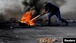 12일 요르단 서안지구 라말라흐의 유대인 정착촌 인근에서 팔레스타인 시위대가 예루살렘을 이스라엘의 수도로 인정한 미국 정부의 선언에 항의하는 시위를 벌이고 있다.