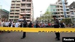 Police berjaga di sekitar masjid dan sekolah yang terbakar di Rangoon, Burma (2/4). Pemerintah Burma membentuk komisi penyelidik untuk memeriksa penyebab kebakaran ini.