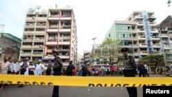 Cảnh sát canh gác gần trường Hồi giáo bị hư hại sau vụ hỏa hoạn, ngày 2/4/2013.