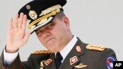El ministro de Defensa de Venezuela, Vladimir Padrino, niega que haya divisiones en las fuerzas armadas.