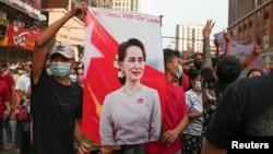 រូបឯកសារ៖ បាតុករប្រឆាំងនឹងរដ្ឋប្រហារយោធា ទាមទារឲ្យដោះលែងមេដឹកនាំស៊ីវិលអ្នកស្រី Aung San Suu Kyi ទីក្រុងរ៉ង់ហ្គូន ប្រទេសមីយ៉ាន់ម៉ា ថ្ងៃទី៦ ខែកុម្ភៈ ឆ្នាំ២០២១។