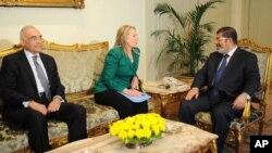 La secrétaire d'Etat Hillary Clinton (au milieu) rencontrant le président égyptien Mohammed Morsi (à droite) et le ministre égyptien des Affaires étrangères, Mohammed Kamel Amr, au Caire le 21 novembre 2012