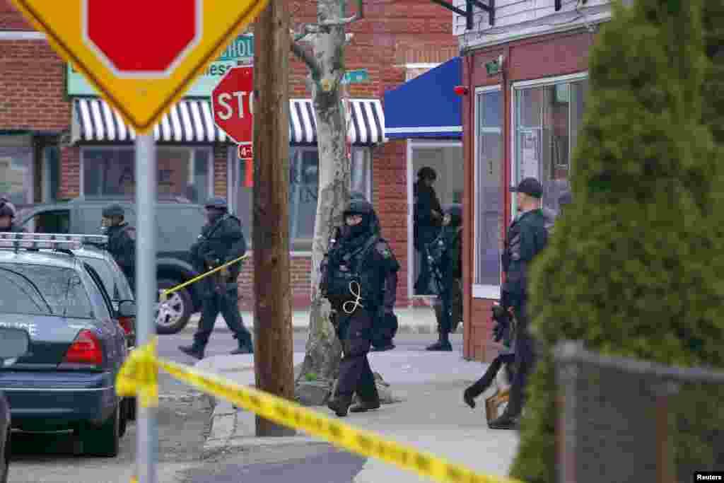 Las autoridades mantienen acordonados los vecindarios alrededor de Watertown y pidieron a los residentes que colaboren permaneciendo en sus casas sin abrir la puerta a nadie.