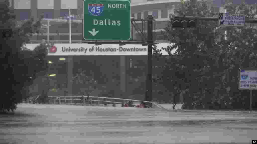 Une autoroute inondée après le passage de la tempête Harvey à Houston, Texas, le 28 août 2017.
