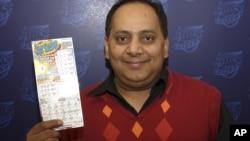 Foto proporcionada por la Lotería de Illinois del ganador Urooj Khan, quien murió envenenado.
