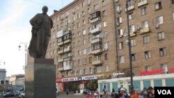 莫斯科雅罗斯拉夫火车站广场上的列宁像,莫斯科-北京国际列车从这里出发。(美国之音白桦 拍摄)