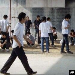 廠區公共場所缺乏休息設施﹐工人只能蹲或站