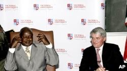 图为乌干达总统穆塞韦尼(左)今年9月资料照