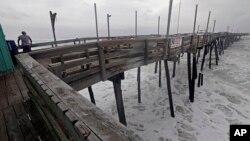 Fuertes oleaje comienza a azotar el muelle de pesca Avalon en Kill Devil Hill, Carolina del Norte, el jueves, 13 de septiembre de 2018, mientras se aproxima el huracán Florence.