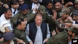 سابق وزیر اعظم نواز شریف کو اسلام آباد ہائی کورٹ نے آٹھ ہفتوں کے لیے ضمانت پر رہا کیا تھا۔