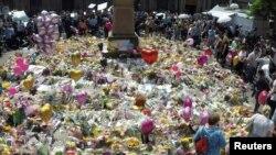 Tributos de flores, globos y mensajes de condolencia en honor de las víctimas del ataque en el estadio de Manchester, luego del ataque terrorista que dejó 22 muertos y más de 60 heridos. Mayo 25, 2017.
