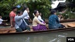 ຜູ້ນຳຝ່າຍຄ້ານຂອງມຽນມາ ທ່ານນາງ Aung San Suu Kyi ໄດ້ໄປຢ້ຽມຢາມ ເຂດທີ່ໄດ້ຮັບຜົນກະທົບແຫ່ງນຶ່ງຂອງປະເທດ ໃນວັນຈັນວານນີ້.