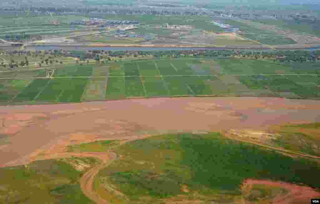 Giữa sa mạc khô cằn, Hoàng Hà, con sông dài thứ nhì Trung Quốc là mạch máu chính chạy qua trung tâm thành phố Ngân Xuyên của Ninh Hạ. (Stephanie Ho/VOA)