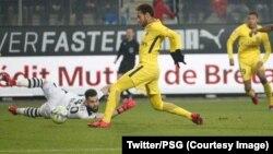 Neymar du PSG marque un but sous le regard de son co-équipier Mbappé contre Rennes, France, 16 décembre 2017. (Twitter/PSG)