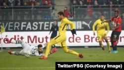 Neymar de PSG marque un but sous le regard de son co-équipier Mbappé contre Rennes, à Rennes, France, 16 décembre 2017. (Twitter/PSG)