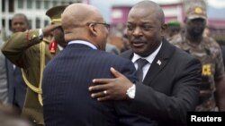 Le président burundais Pierre Nkurunziza embrasse son homologue sud-africain Jacob Zuma alors que celui-ci quitte le Burundi après avoir mené une délégation pour le dialogue. Bujumbura, 27 février 2016.