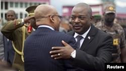 Le président burundais Pierre Nkurunziza embrasse son homologue sud-africain Jacob Zuma alors que celui-ci quitte le Burundi après avoir mené une délégation pour le dialogue. Bujumbura, 27 février 2016. (REUTERS/Evrard Ngendakumana)