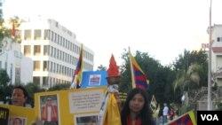 西藏真相火炬在驻洛中领馆前游行 ( 美国之音 容易拍摄)