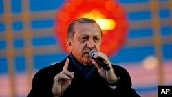 레제프 타이이프 에르도안 대통령이 16일 밤 개헌안 국민투표에서 승리한 후 연설하고 있다.