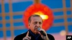 Erdogan declaró una estrecha victoria en el referendo, el cual marcó la mayor reforma política en la Turquía moderna.