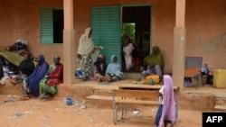 Des victimes déplacées des inondations se réfugient dans une école de Niamey, le 21 août 2012.