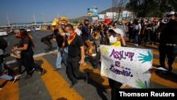 Migranti i aktivisti za ljudska prava protestuju zbog imigracione politike SAD i Meksika i prava da traže azil, na graničnom prelazu San Isidro u Tihuani (Foto: Reuters)