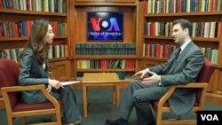VOA 이지원 기자(왼쪽)와 인터뷰하는 그레그 브라진스키 미국 조지워싱턴대 국제대학원 교수.