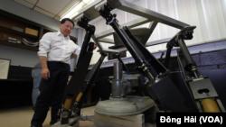 Giáo sư Charles C. Nguyễn bên hệ thống robot của mình.