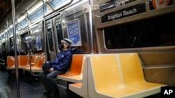 Một người mang khẩu trang khi đi tàu điện ngầm ở Brooklyn, New York, hôm 12/3. Người dân New York sẽ bị phạt lên tới 500 USD nếu không thực hiện lệnh 'giãn cách xã hội.'