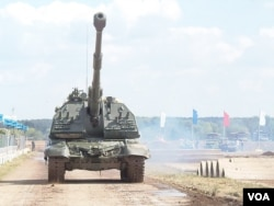 俄羅斯遠東軍演威懾鄰國,今年俄羅斯武器出口展上的自走炮。 (美國之音白樺拍攝)