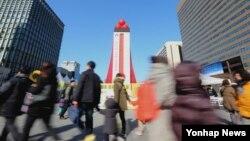 지난 1일 오후 서울 광화문 광장에 마련된 사랑의 온도탑이 목표 온도인 100도를 넘어 100.5도를 기록하고 있다. 사회복지공동모급회가 주관해 지난해 11월 20일 부터 시작된 '사랑의온도탑' 모금 캠페인은 목표액보다 16억 원 많은 총 3천284억 원을 모금했다.
