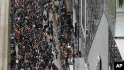 数 千名反对香港政府的抗议者2013年1月1日游行前往政府总部呼吁行政长官梁振英 下台
