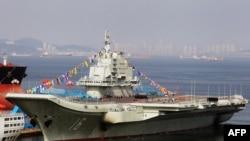 """中国第一艘航空母舰""""瓦良格号""""停泊在大连港(资料照片)"""