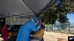 南非醫護人員8月3日在約翰內斯堡進行新冠病毒檢測。