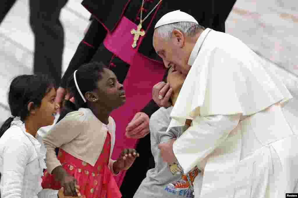 로마 가톨릭 프란시츠코 교황이 바티칸에서 열린 행사에서 어린이들에게 입맞추고 있다.