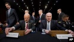 美国国家情报总监克拉珀(左)1月29日在国会作证
