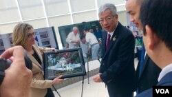 Thứ trưởng Quốc phòng Việt Nam Nguyễn Chí Vịnh trao 1 bức tranh cho Chủ tịch Viện Hòa bình Mỹ, Nancy Lindborg, hôm 26/3 ở Washington DC.